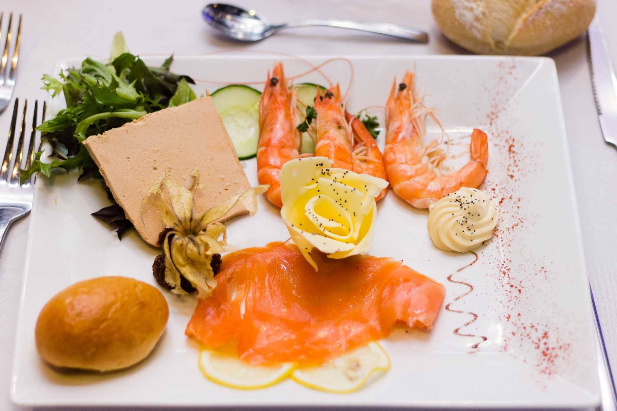 assiete-royale-entree-saumon-foie-gras-cervettes