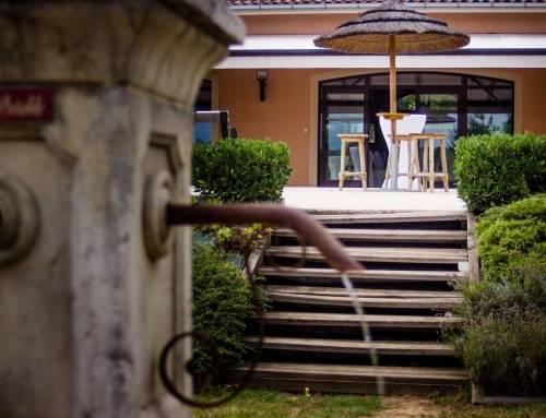 Espace extérieur du Clos et sa fontaine devant la terrasse