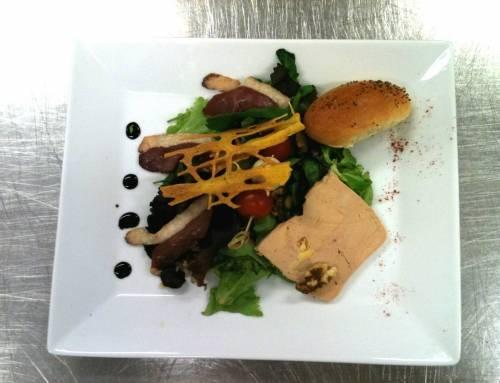 Salade Périgourdine : foie gras et magret de canard fumé servis à coté de Neuville sur Saône 69250