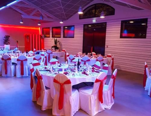 Repas d'anniversaire au Clos Talanconnais avec éclairage d'ambiance rouge