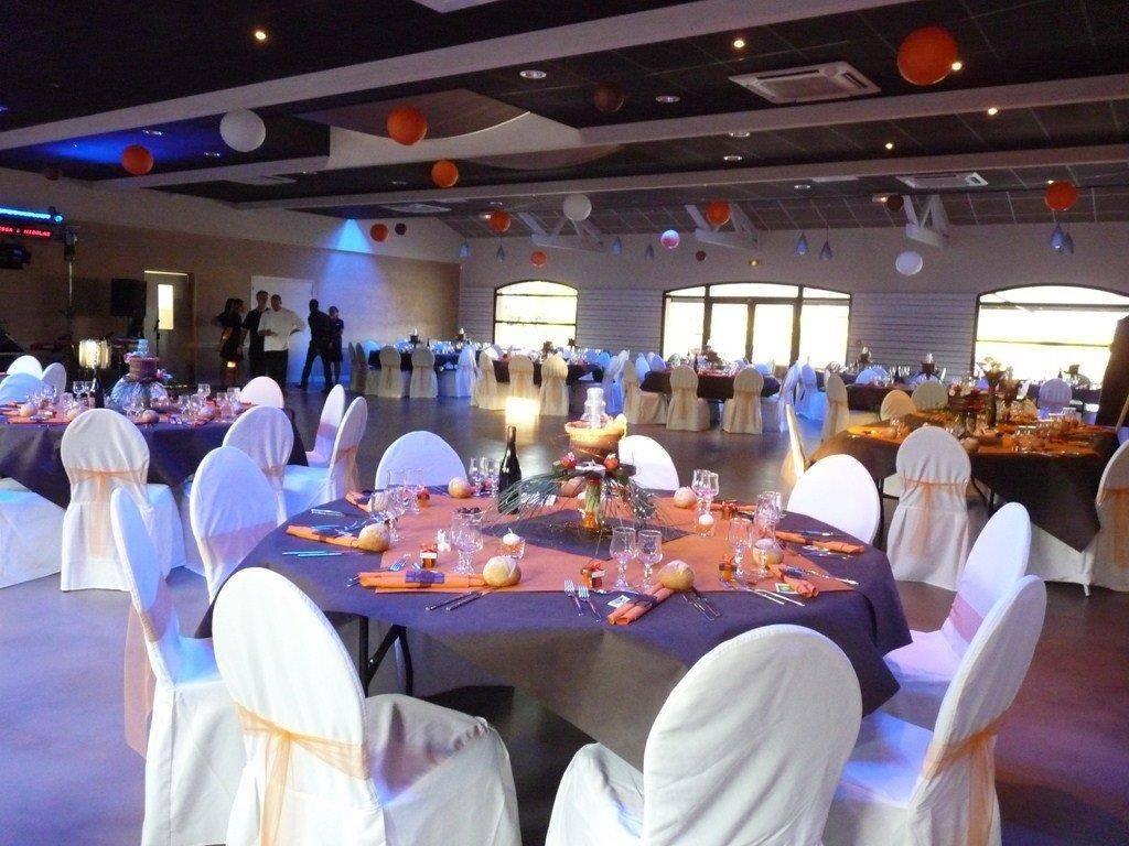 Salle de reception proche Caluire et Cuire tables rondes orange marron et blanc