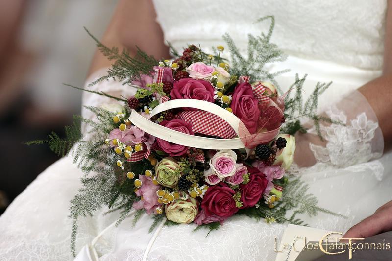 bouquet-de mariée-rose-fuschia-et-branchues-rose-matricaire-ruban-vichy-et-mures