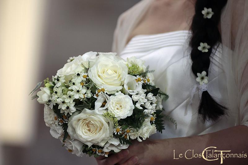 bouquet-mariée-roses-blanches-ornithogales-matricaires-et-lysianthus