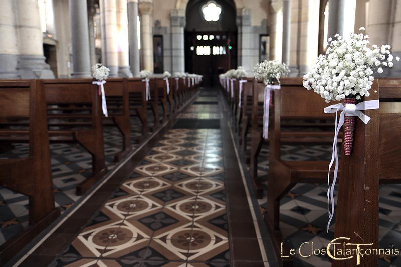decoration de l'église-en-fleurs-gypsophile-et-vichy-rouge