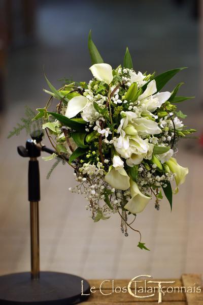 autre-vue-de-profil-de-bouquet-mariée-lys-double-blanc-callas-gypsophile-lierre