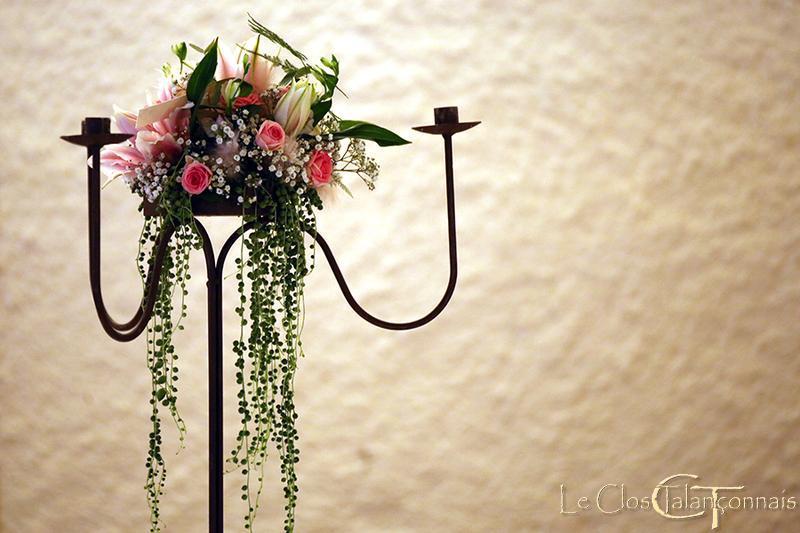 chandellier-decoré-fleurs-lys-double-roses-et-ceropegia