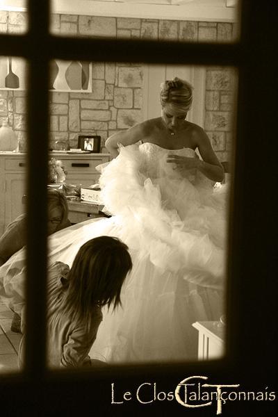 essayage-robe-mariée-photo-souvenir-noir-et-blanc-sepia
